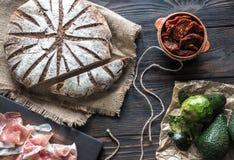 与开胃小菜的黑麦面包 库存图片