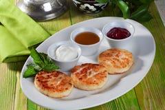 与开胃酸性稀奶油和果酱静物画木桌绿色美好的委员会的自创乳酪蛋糕 库存图片