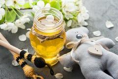 与开花和木匙子的蜂蜜 库存照片