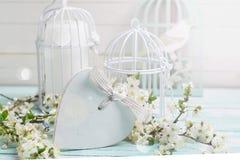 与开花的树分支、心脏和装饰鸟的明信片 免版税库存图片