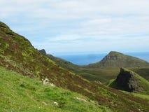 与开花的石南花的滚动的青山在斯凯岛小岛  库存照片
