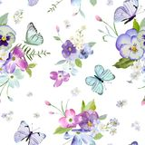 与开花的花和飞行的蝴蝶的花卉无缝的样式 水彩织品的,墙纸自然背景 免版税图库摄影