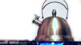 与开水的茶壶在煤气炉 影视素材