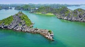 与异想天开的形状岩质岛的鸟瞰图天蓝色的海湾  影视素材