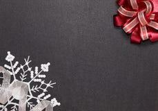 与弓、丝带和雪花的框架 免版税库存图片