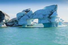 与弓冰岛的Jokulsarlon冰山 免版税图库摄影