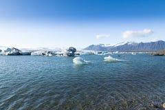 与弓冰岛的Jokulsarlon冰山 免版税库存照片