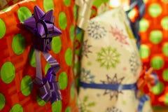 与弓和丝带的五颜六色的礼物 库存图片