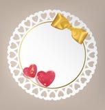 与弓和心脏的圆的卡片 免版税库存照片