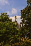 与弓的丘比特雕象和在一个屋顶的一个箭头在庭院,巴黎,法国里 免版税库存图片