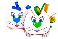 与弓的两三只姜饼曲奇饼小猫 免版税库存图片