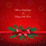 与弓的再丝带在红色满天星斗的圣诞节背景 免版税库存图片