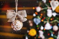 与弓的圣诞节手工制造麻袋布球 免版税库存照片