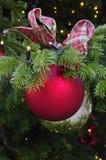 与弓的圣诞节球 库存照片