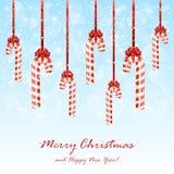 与弓的圣诞节糖果在多雪的背景 免版税库存图片