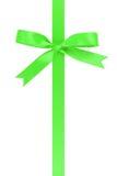 与弓的垂直的绿色丝带从上面 免版税库存图片