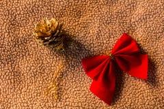 与弓的杉木锥体在织品圣诞节静物画 库存图片