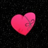 与弓的爱的被硬联线的心脏在黑色 库存照片