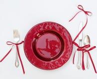 与弓的红色圣诞节餐位餐具 图库摄影