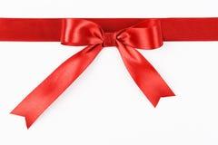 与弓的红色缎丝带 免版税图库摄影