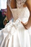 与弓的美丽的婚礼礼服在腰部 免版税库存图片