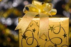 与弓的金黄礼物盒 库存图片