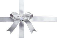 与弓的银色丝带在白色背景 图库摄影