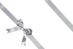 与弓的银色丝带在白色背景 库存图片