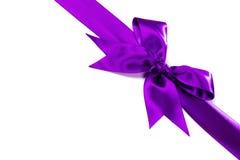 与弓的紫色丝带在白色 免版税库存照片