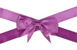 与弓的紫色丝带 图库摄影