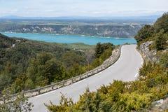 与弯曲道路的夏日风景 路单独D71维尔东后边河峡谷、看法在Saint Croix湖和高原 法国,P 库存图片