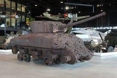 与弹孔的减速火箭的生锈的坦克在全国军事博物馆在Soesterberg,荷兰 库存照片