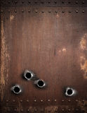 与弹孔的老金属背景 免版税图库摄影