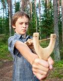 与弹弓的孩子 免版税图库摄影