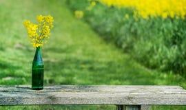 与强奸的花束在一张木室外桌上 免版税图库摄影