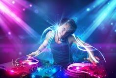 与强有力的光线影响的精力充沛的Dj混合的音乐 免版税库存图片