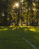 与强有力的阴影的橄榄球法院的图象和聚焦/图象 库存图片