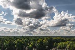 与强烈的多云天空的荷兰看法 库存照片