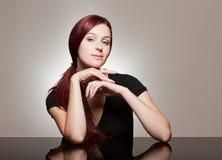 与强的表情的红头发人秀丽。 图库摄影