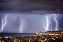 与强的闪电的夜都市风景 免版税库存图片