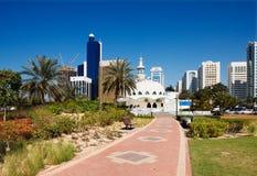 与当代architectur的清真寺对比 免版税库存图片
