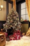 与当前箱子的圣诞树在客厅 库存照片