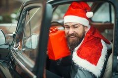 与当前箱子的圣诞老人微笑 免版税库存照片