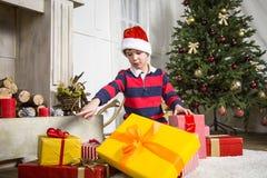 与当前箱子的圣诞节chikd 免版税库存图片