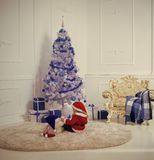 与当前箱子,黑星期五的圣诞老人孩子 免版税图库摄影