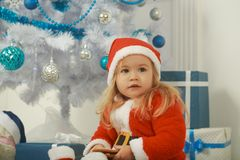 与当前箱子,黑星期五的圣诞老人孩子 免版税库存照片