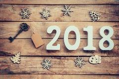 与形成第2018年,为的标记和木数字的老钥匙 图库摄影