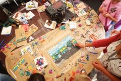 与彩色塑泥火车和人的表大师班的 库存图片