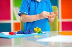 与彩色塑泥的儿童游戏 免版税图库摄影
