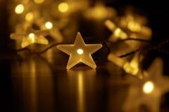 与彩色小灯链子的欢乐圣诞节大气  免版税图库摄影